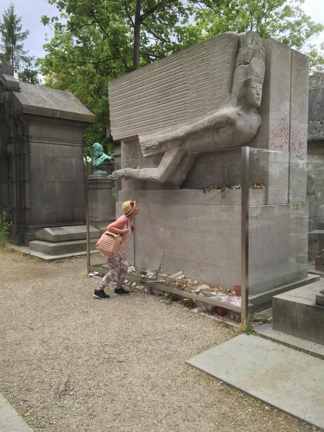 Me kissing Oscar Wilde's tombstone